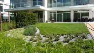 Ogród z basenem przy apartamencie.